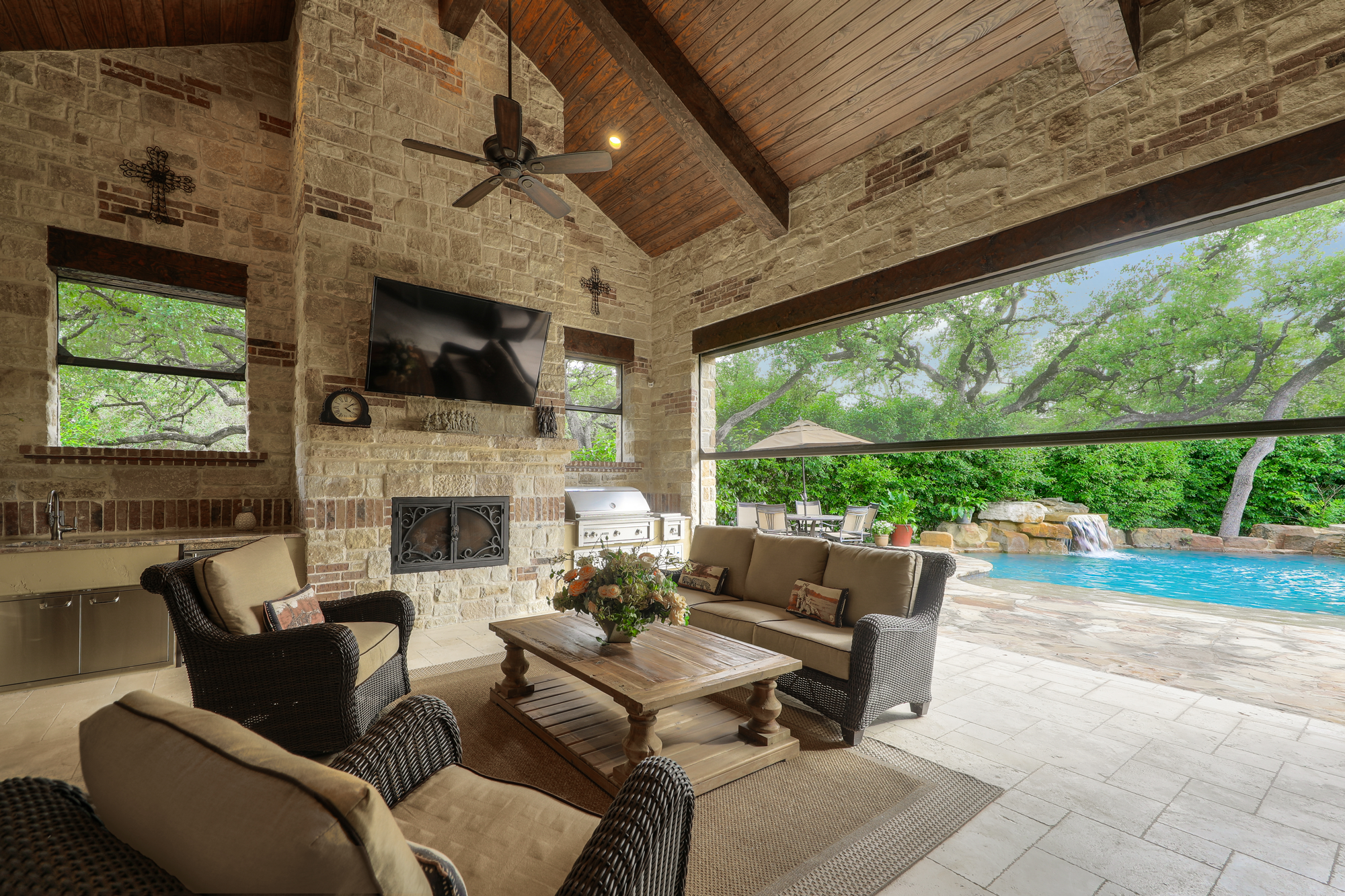 Create a Stunning Outdoor Oasis with these 5 Features